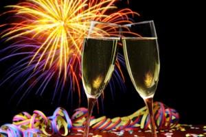 Feuerwerk und Sektgläser