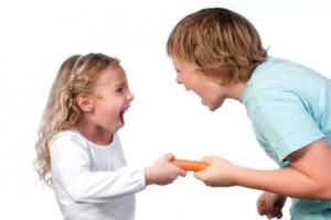 Geschwister streiten sich um eine Möhre