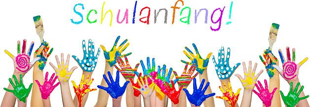 Bunte Kinderhände zum Schulanfang