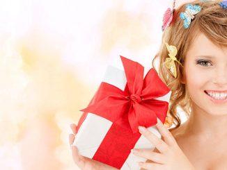 Mädchen mit Geschenk zur Jugendweihe