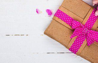 Blumenstrauß und Geschenk