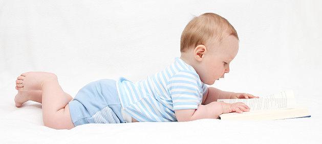 Baby schaut auf ein Buch