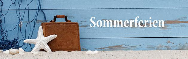 Sandstrand und Schriftzug Sommerferien