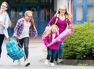 Kinder kommen aus der Schule