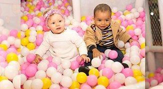Kinder auf einem Indoorspielplatz