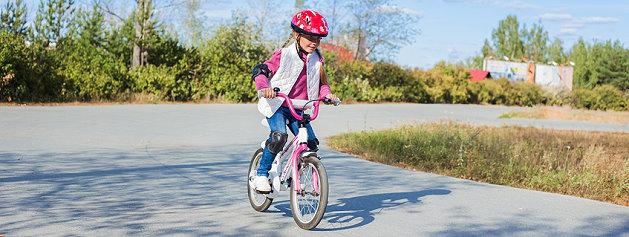 Mädchen lernt Fahrradfahren