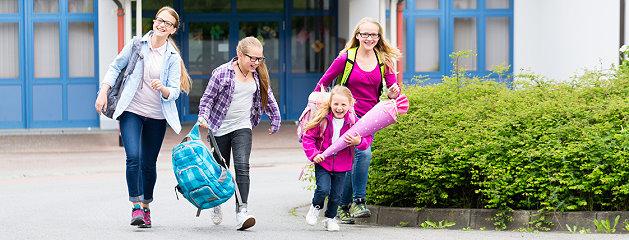 Schüler kommen aus der Schule