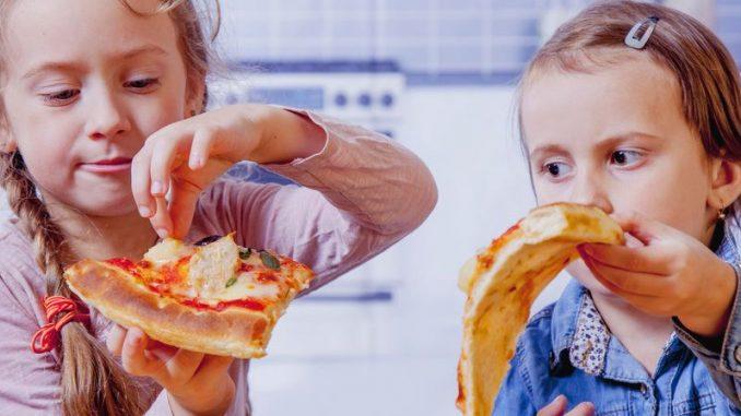 Kinder essen Pizza