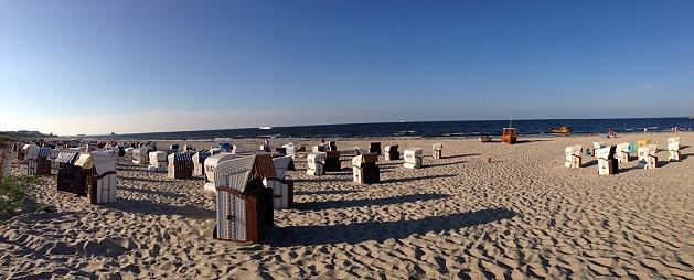 Strandkörbe auf dem Sandstrand