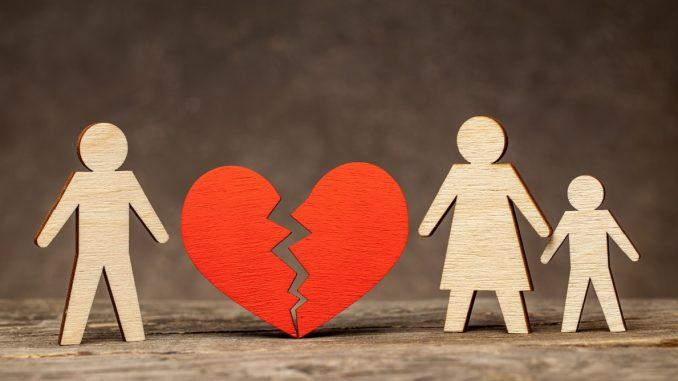 Familie und ein gebrochenes Herz aus Holz