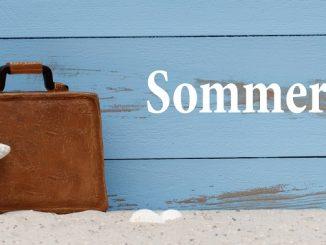 Koffer, Seestern und das Wort Sommerferien