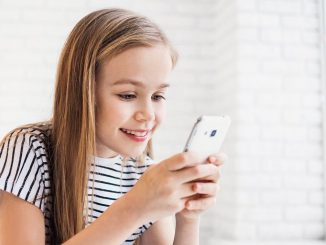 Mädchen spielt am Handy