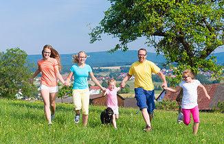 Familie macht gemeinsam Sport