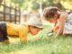 Zwei Kinder bei einem Ausflug in die Natur