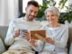 Mutter und erwachsener Sohn schauen sich Fotos an