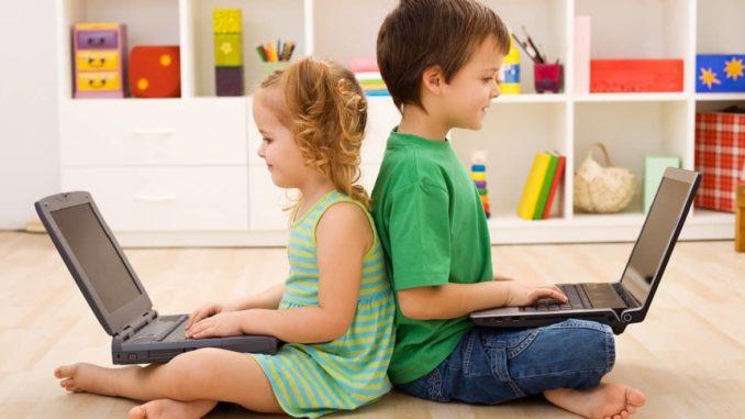 Zwei Kinder beim Lernen am Computer