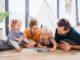Familie liest ein Buch von der Frankfurter Buchmesse 2021