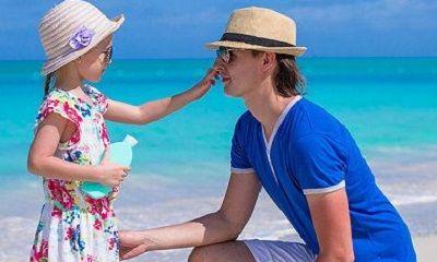 Vater und Tochter im Familienurlaub am Strand