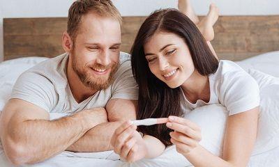 Junges Paar schaut auf einen Schwangerschaftstest