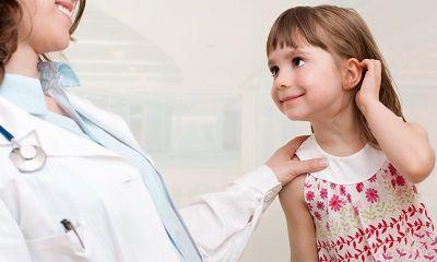 Mädchen beim Kinderarzt
