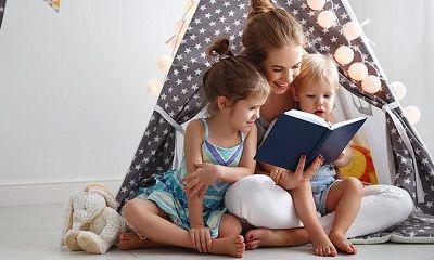 Mutter liest mit ihren Kindern ein Buch