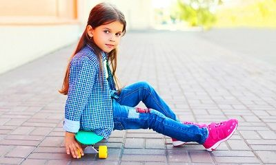 Mädchen in bunter Kinderbekleidung