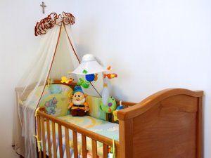 babybetten komplett mit himmel und matratze worauf achten. Black Bedroom Furniture Sets. Home Design Ideas