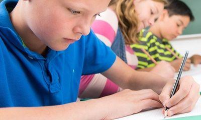 Kinder beim Lernen in der Schule